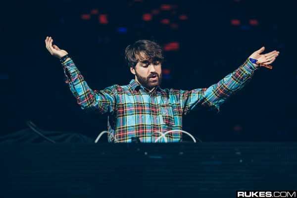 oliver-heldens-with-arms-wide-open-decadence-nye-2017-rukes