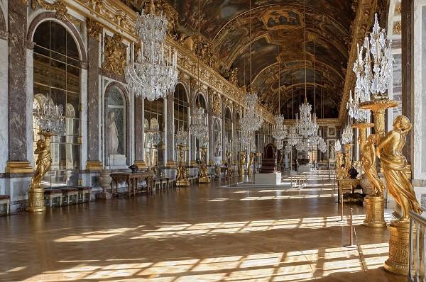 1200px-Chateau_Versailles_Galerie_des_Glaces